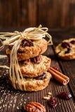 与山核桃果、蔓越桔和蜂蜜的麦甜饼 库存图片