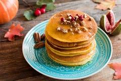 与山核桃果和蜂蜜的南瓜薄煎饼 库存图片