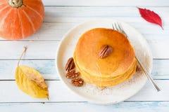 与山核桃果和蜂蜜的自创南瓜薄煎饼 库存图片