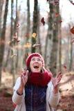 与山毛榉的年轻美好的妇女戏剧在一个最惊人的山毛榉森林中离开在欧洲, La Fageda d'en Jorda 库存图片