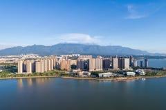 与山水的九江都市风景 免版税库存照片