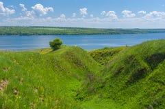 与山沟的春天风景在大河德聂伯级附近 库存照片