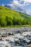 与山河的夏天风景 免版税库存照片