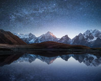 与山湖和满天星斗的天空的夜风景 库存照片