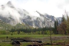 与山的优胜美地谷在雾 免版税库存照片