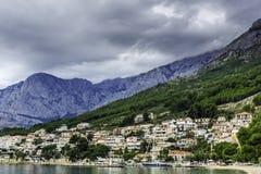 与山的克罗地亚海视图在Brela,马卡尔斯卡里维埃拉,克罗地亚 库存照片