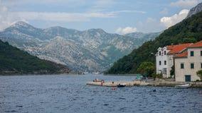 与山的克罗地亚的海岸线在背景中 库存图片