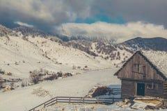 与山的冬天风景在特兰西瓦尼亚 图库摄影