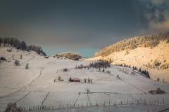 与山的冬天风景在特兰西瓦尼亚 库存图片