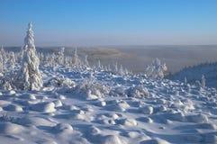 与山的冬日风景 库存照片