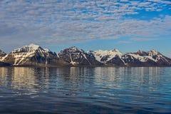 与山的北极风景在有反射的斯瓦尔巴特群岛 库存图片