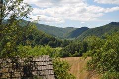 与山的土气建筑细节在背景 免版税库存照片