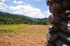 与山的土气建筑细节在背景 库存照片