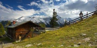 与山的山瑞士山中的牧人小屋在backround 图库摄影