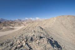与山的岩石沙漠风景 图库摄影