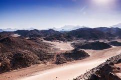 与山的意想不到的风景在日落 免版税图库摄影