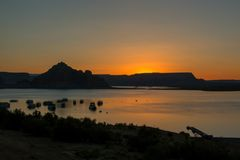 与山的日出在背景中 图库摄影