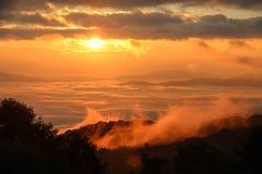与山的早晨薄雾在日出 库存照片