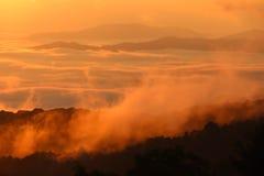 与山的早晨薄雾在日出 免版税库存图片