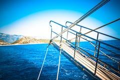 与山的海运横向 库存照片