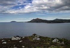 与山的港湾Swilly在距离 库存照片