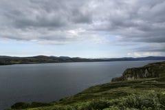 与山的港湾Swilly在距离 免版税库存图片