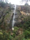 与山的瀑布 库存图片