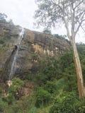 与山的瀑布 免版税库存照片