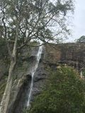 与山的瀑布 免版税图库摄影