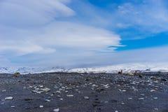 与山的火山岩平原在背景中 免版税库存图片