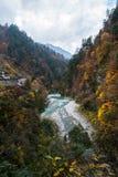 与山的秋天小河 库存照片