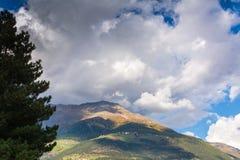 与山的秋天风景在Val Martello, southtyrol,意大利 免版税库存照片