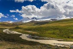 与山的美丽如画的风景和 免版税库存图片