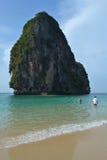 与山的美丽的海滩在泰国 免版税库存图片