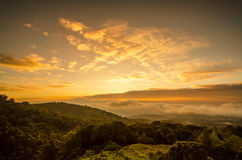 与山的薄雾在日出 免版税库存图片