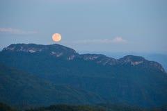 与山的超级满月在Khao Kho,泰国11月14日 免版税库存图片