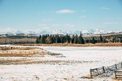 与山的路风景 免版税库存照片