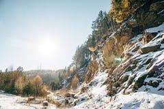 与山的路风景 免版税库存图片