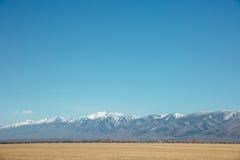 与山的路风景 库存图片