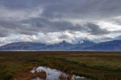 与山的风景在赫本村庄附近的云彩 免版税图库摄影