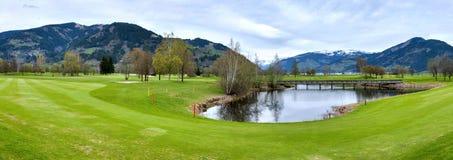 与山的高尔夫球手段 免版税库存照片