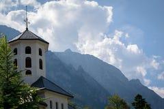 与山的高耸在背景中 免版税库存照片