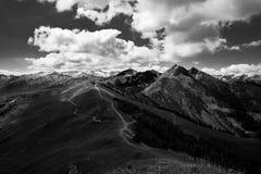 与山的黑白风景,云彩和草登陆 图库摄影