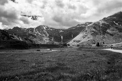 与山的黑白风景,云彩和草登陆 库存图片