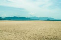 与山的离开的海滩在天际 库存照片