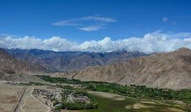 与山的绿色山谷在四川,中国 免版税库存图片