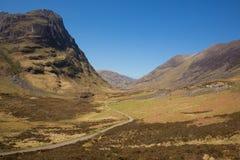 与山的Glencoe谷苏格兰英国著名苏格兰幽谷在苏格兰高地在春天有清楚的蓝天的 库存照片