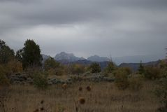 与山脉和草甸的多彩多姿的秋天风景 免版税库存照片