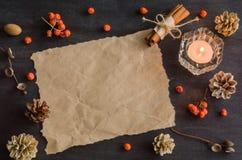 与山脉灰蜡烛和莓果的黑暗的圣诞节背景  框架例证文本向量 美国五针松锥体 分支橡子 图库摄影