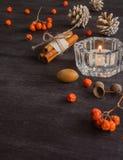 与山脉灰蜡烛和莓果的黑暗的圣诞节背景  美国五针松锥体 分支橡子 库存照片